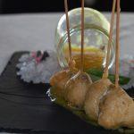chupa chups de carrillada confitada en tempura con coulis de melocotones-min